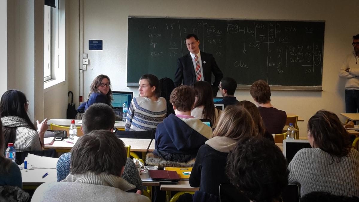 Minister školstva Draxler za katedrou v Paríži